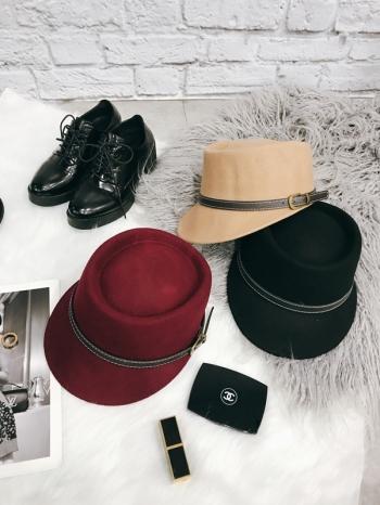 【Z417091】英倫風凹帽頂寬帽沿皮帶裝飾造型毛呢紳士帽/爵士帽/盆帽-Tiptop