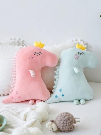 【Z533213】可愛恐龍皇冠絨毛娃娃/玩具/抱枕/兒童房裝飾/拍照道具-Virtuous